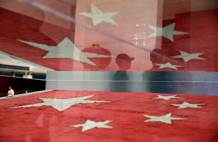 © Reuters. FILE PHOTO: The flag of China is displayed at the National Museum of China in Beijing