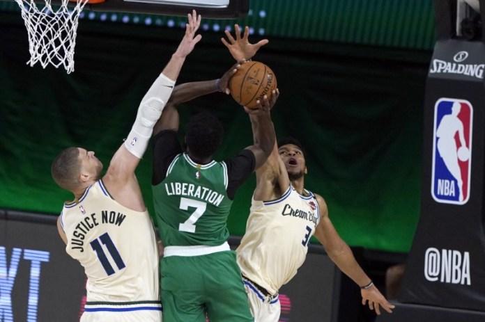 © Reuters. NBA: Boston Celtics at Milwaukee Bucks