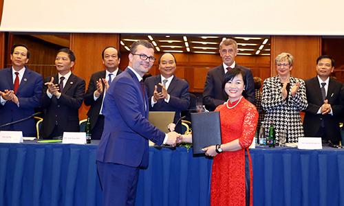 Bà Dương Thị Mai Hoa, Phó Chủ tịch kiêm Phó Tổng giám đốc Bamboo Airways cùng đối tác ký kết dưới sự chứng kiến của Thủ tướng Chính phủ Nguyễn Xuân Phúc và Thủ tướng Cộng hòa Séc.