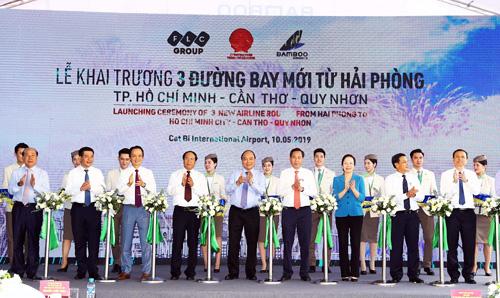 Thủ tướng Chính phủ Nguyễn Xuân Phúc cùng các lãnh đạo cắt băng khai trương đường băng mới.