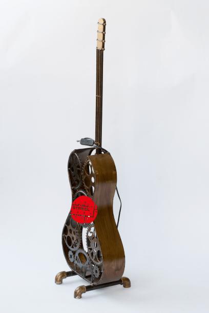 gitaarlamp-vloerlamp-staande-lamp-te-koop-bij-Indistrieel-in-Middelburg-stoere-lamp-van-metaal-bewerkt.