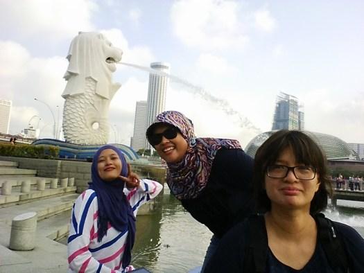 Kalau udah foto di sini, katanya sah udah ke Singapura :))