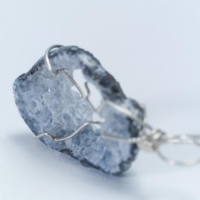 ミニマリストもいいけどこの時代にはどうやら石が必要らしい。