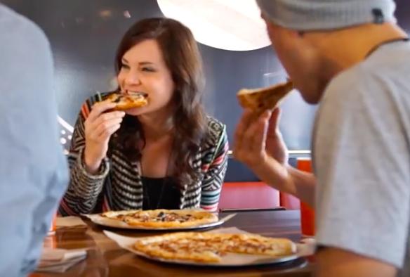 ブレイズ・ピザを食す人々