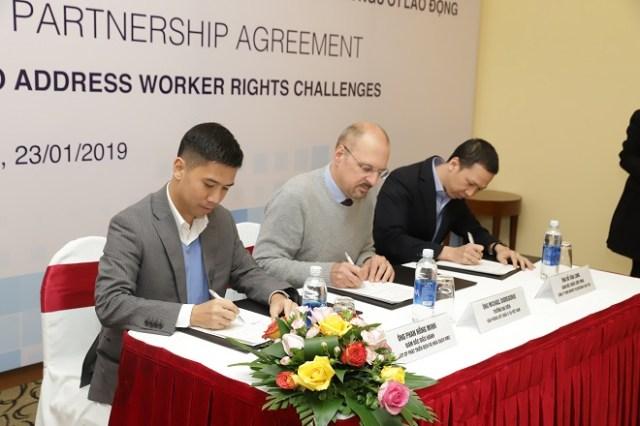 Đại diện JupViec.vn, Quỹ châu Á và IBL ký kết thỏa thuận dự án Ứng dụng công nghệ Blockchain trong việc giải quyết các vấn đề của người lao động. Ảnh: JupViec.
