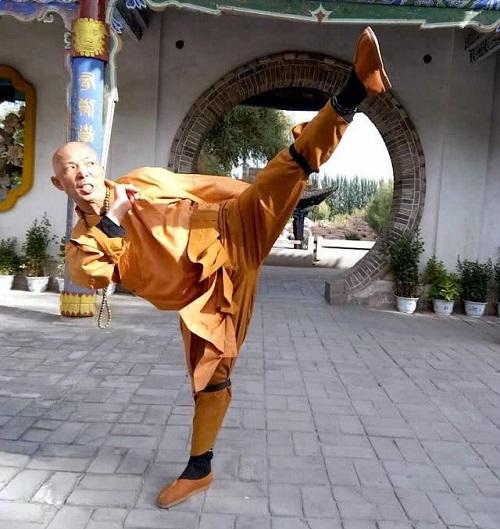 Thích Diên Giác tự hào về võ công và thường biểu diễn quyền cướctrước mặt mọi người.