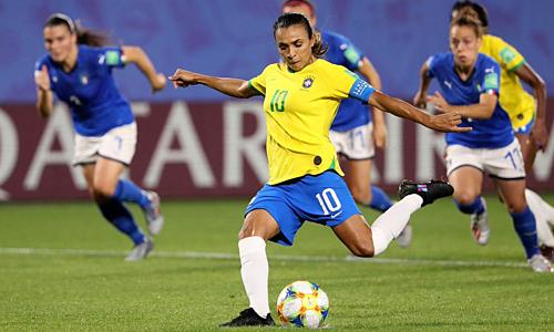 Cú sút phạt đền giúp Marta đi vào lịch sử World Cup. Ảnh: ICC.