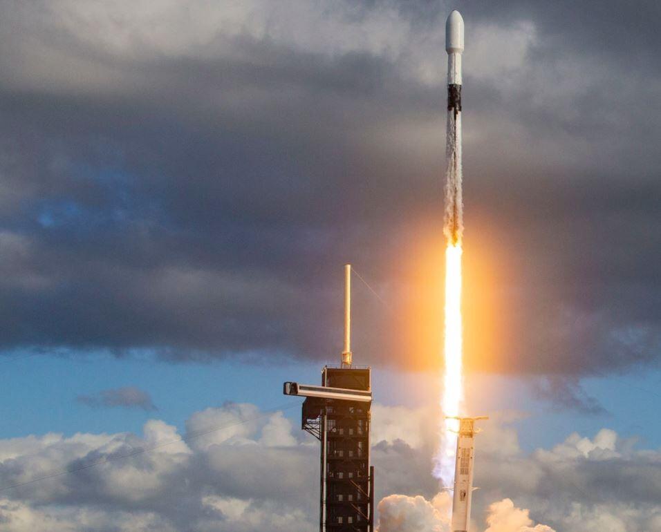 SpaceX envía un satélite espía al espacio durante su último lanzamiento del año