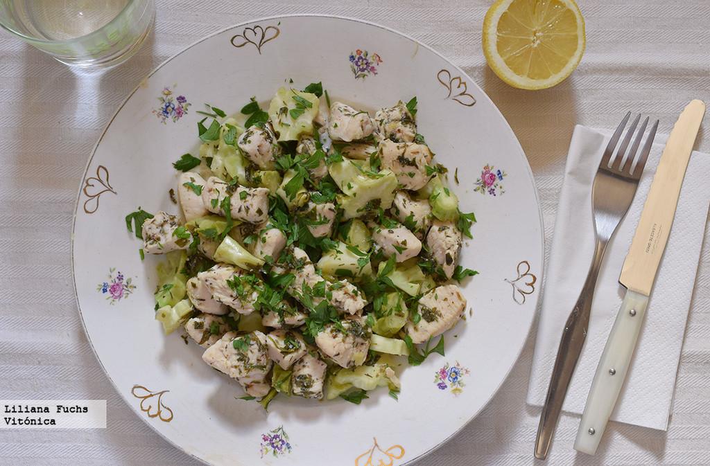 Pollo a las hierbas con tallo de brócoli salteado