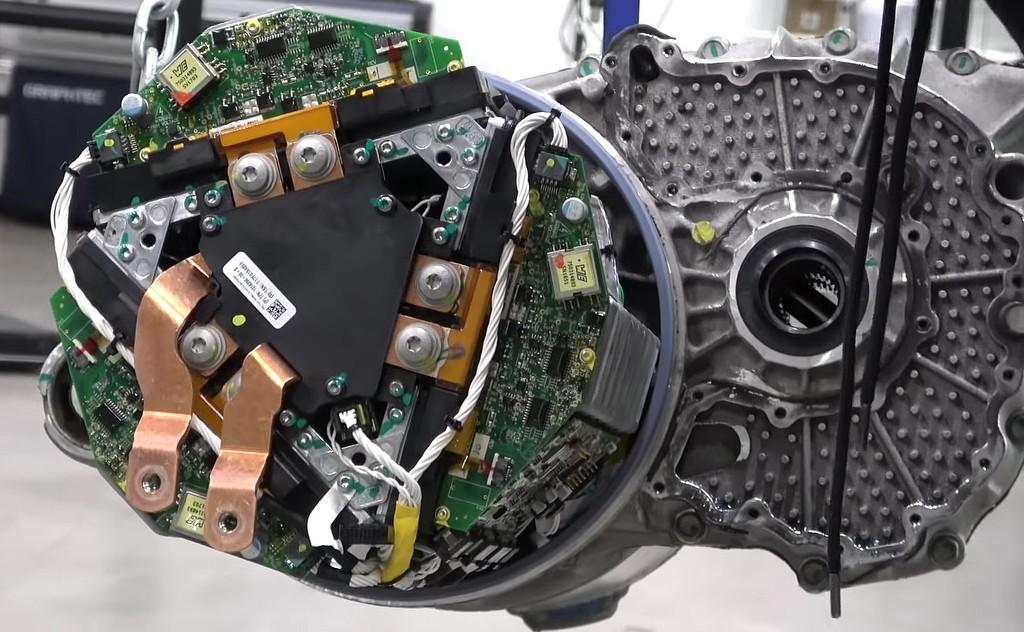 Abren el motor eléctrico de un Tesla para descubrir parte de su compleja y fascinante configuración, y lo podemos ver en vídeo