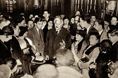 Einstein Rodeado
