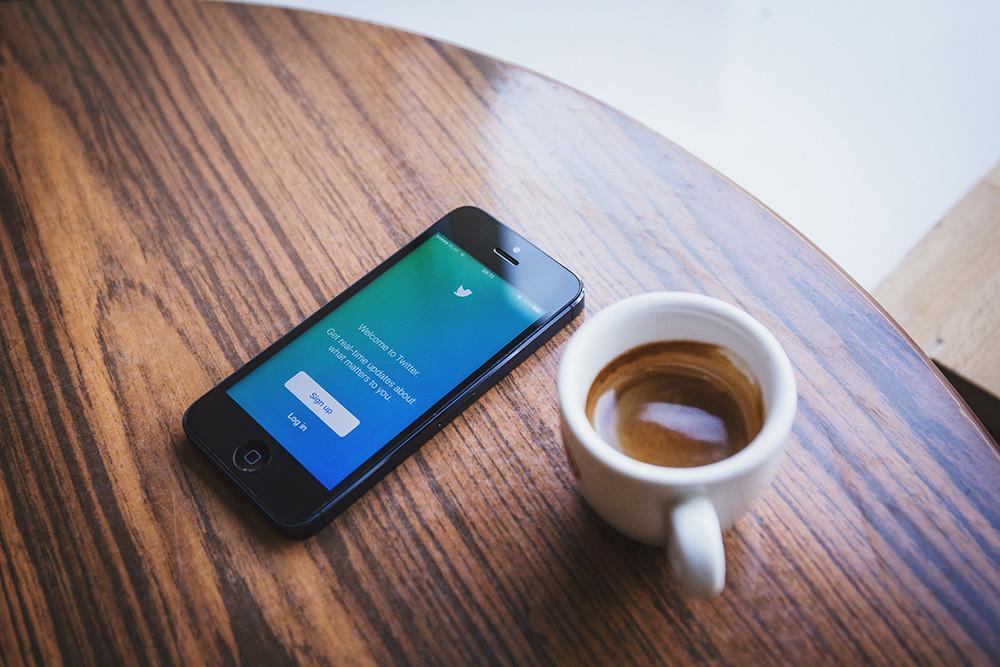 Twitter ya acepta volver el orden cronológico al timeline de algunos usuarios, así podrias probarlo