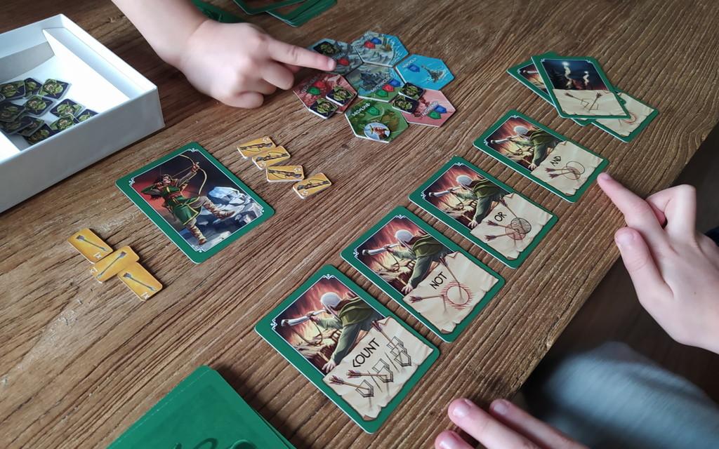 Así es 'Arqueras de Nand', el juego de mesa español que ayuda a aprender lenguaje SQL