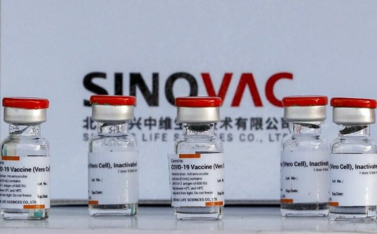 La baja eficacia de la vacuna China obliga a buscar soluciones como aumentar el número de dosis o mezclar vacunas diferentes
