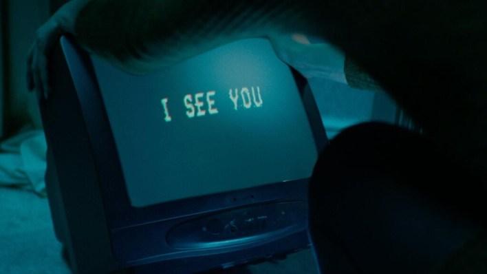 'Await Further Instructions': HBO estrena una alegoría sobre el sometimiento a la tele, entre 'Black Mirror' y la ciencia-ficción de los 80