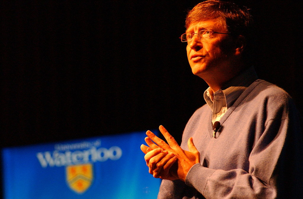 Bill Gates afirma que la inteligencia artificial es tan prometedora y peligrosa al mismo tiempo como la energía nuclear