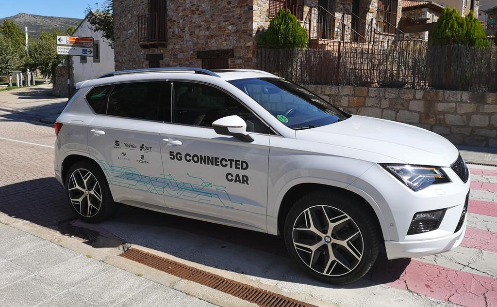 Que tu coche te avise de un obstáculo antes de que lo que veas: así es el vehículo conectado con 5G que prueban SEAT y Telefónica