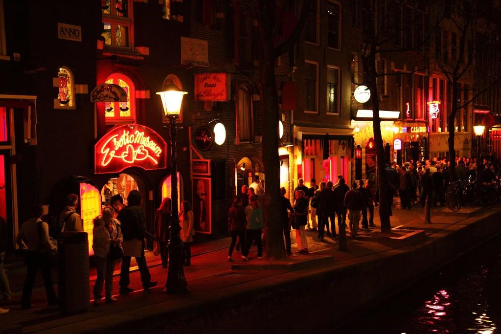 Amsterdam se está planteando cerrar el Barrio Rojo por el acoso turístico