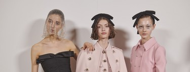 The rhinestones are a more delicate strain in the make-up and manicures more ideal to the parade of Giambattista Valli at the Fashion Week of Paris