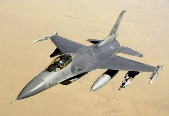 Un F-16C Bloque 40 de la USAF volando sobre Irak en el 2008