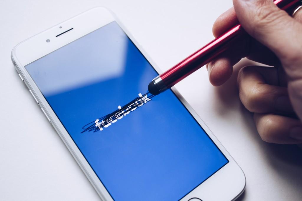 El algoritmo de Facebook conectó a 385.000 usuarios mediante grupos que fomentaban la ciberdelincuencia