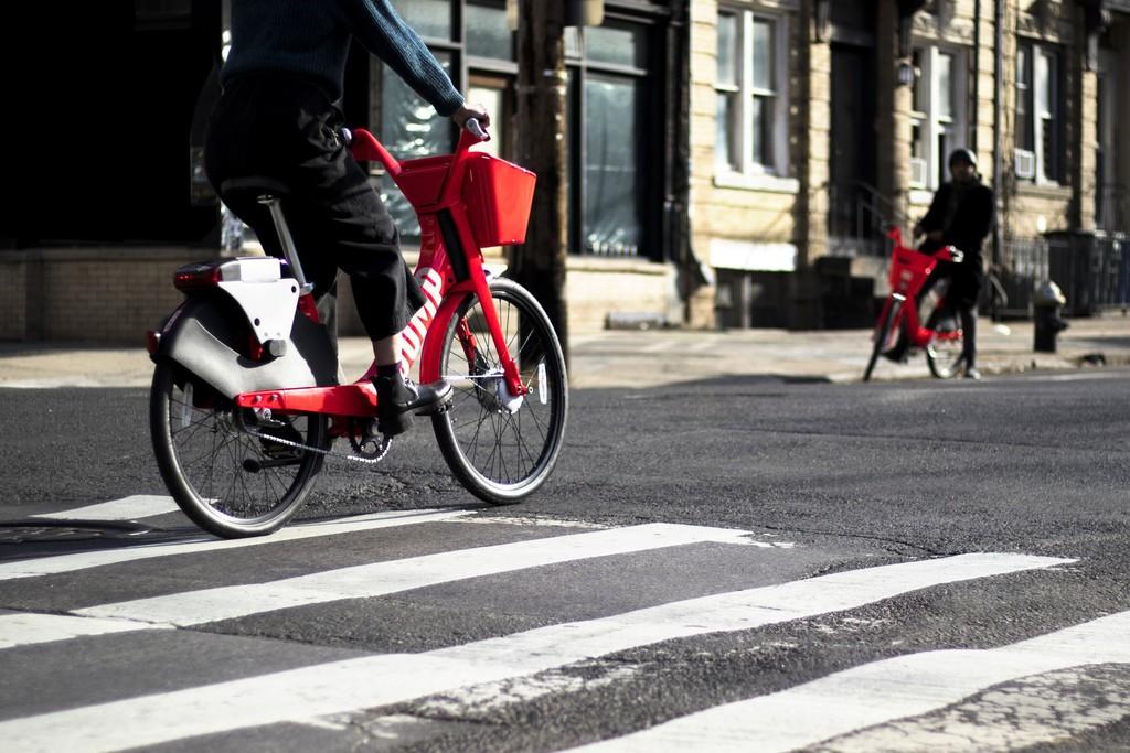 Uber apuesta ahora por la bicicleta eléctrica, pero en el futuro quiere que sean autónomas y vayan a cargarse solas