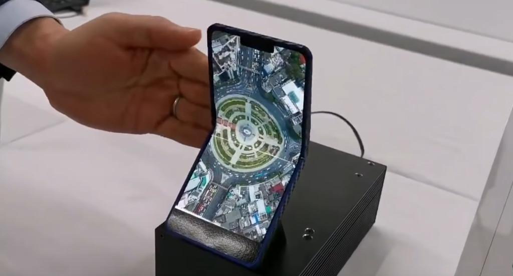 Sharp muestra un modelo de dispositivo plegable con pantalla AMOLED® de 6,18 pulgadas
