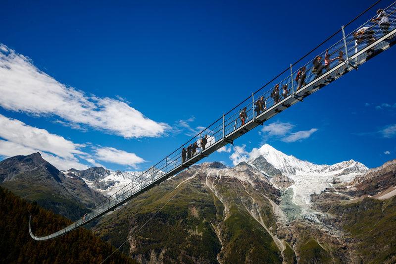 El puente colgante más largo del mundo: 8000 kilos de acero a 100 metros de altura (y casi no se balancea)