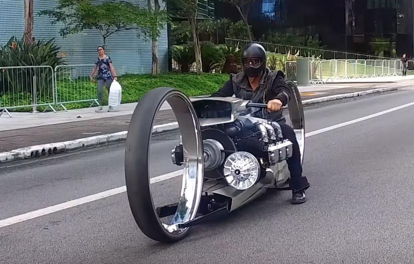 Permalink to Una moto con motor de avión y ruedas de un metro de diámetro: así rugen la TMC Dumont y sus 300 caballos