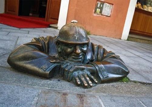Resultado de imagen para escultura hombre saliendo de alcantarilla