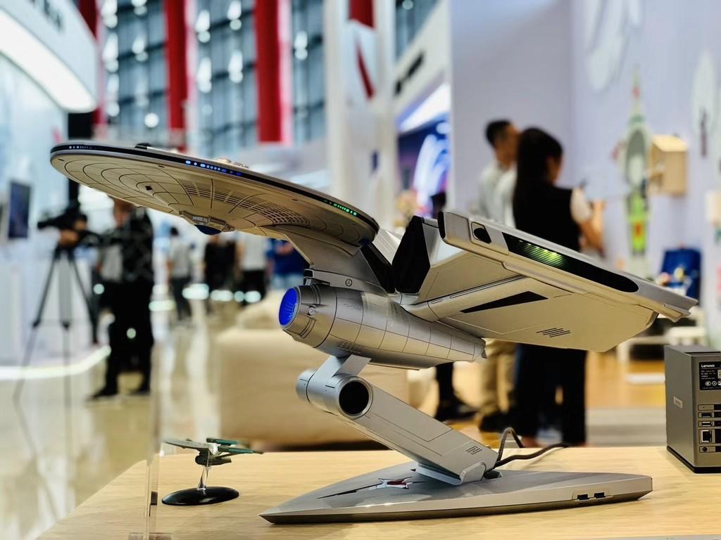 El último computador de Lenovo es esta espléndida representación de la USS Enterprise de Star Trek