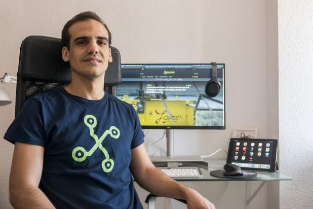 El equipo de Antonio Sabán: ordenador, cámara, smartphone, accesorios y más