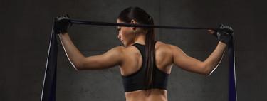 Una rutina de entrenamiento con nueve ejercicios que puedes realizar con una goma elástica