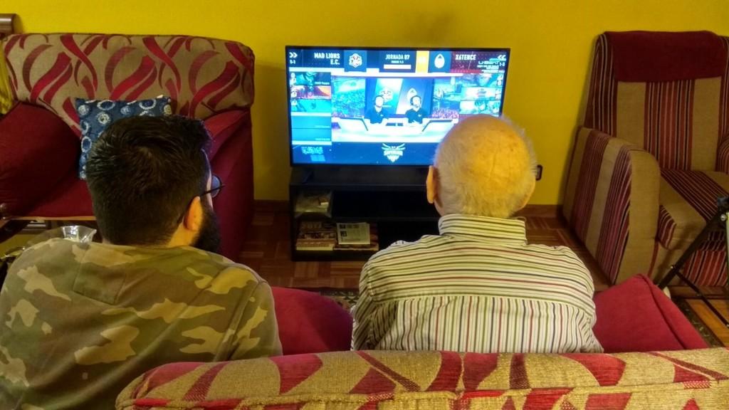 Permalink to Así es como acabé pegado al sofá con mi abuelo de 93 años viendo una partida de LoL