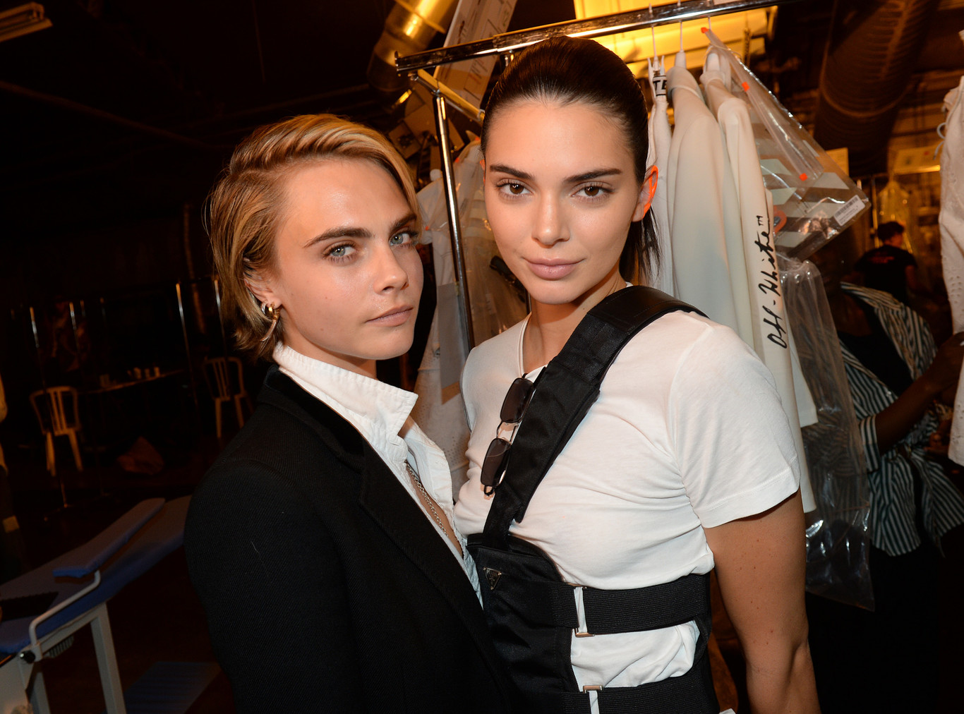 Click here to see our 15 favorite hairstyles that kendall jenner has ever worn. La Celebridad Kendall Jenner Y Cara Delevingne Con Pelo Platino A Tazon