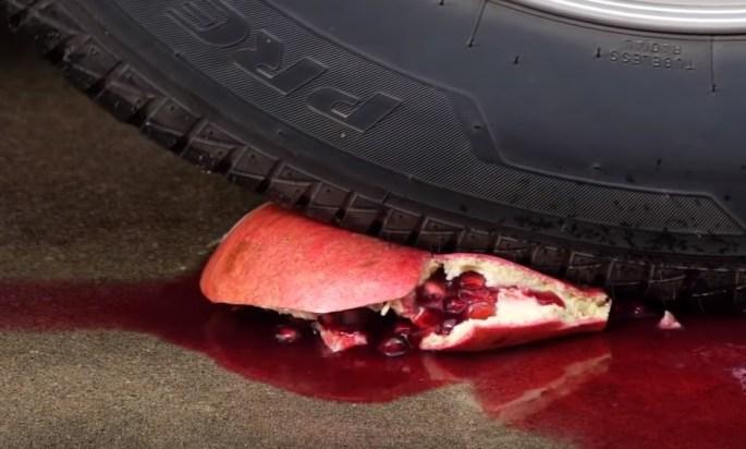 Nueve cosas que nos gusta ver (y oír) cómo son destrozadas por la rueda de un coche