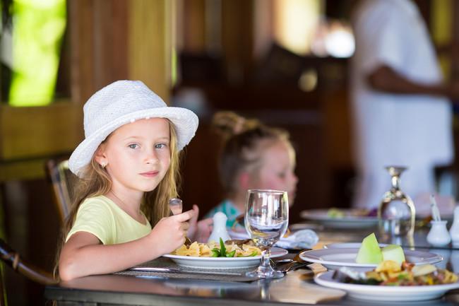 niños-en-un restaurante
