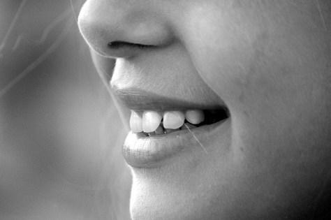 Sonrisa en blanco y negro.