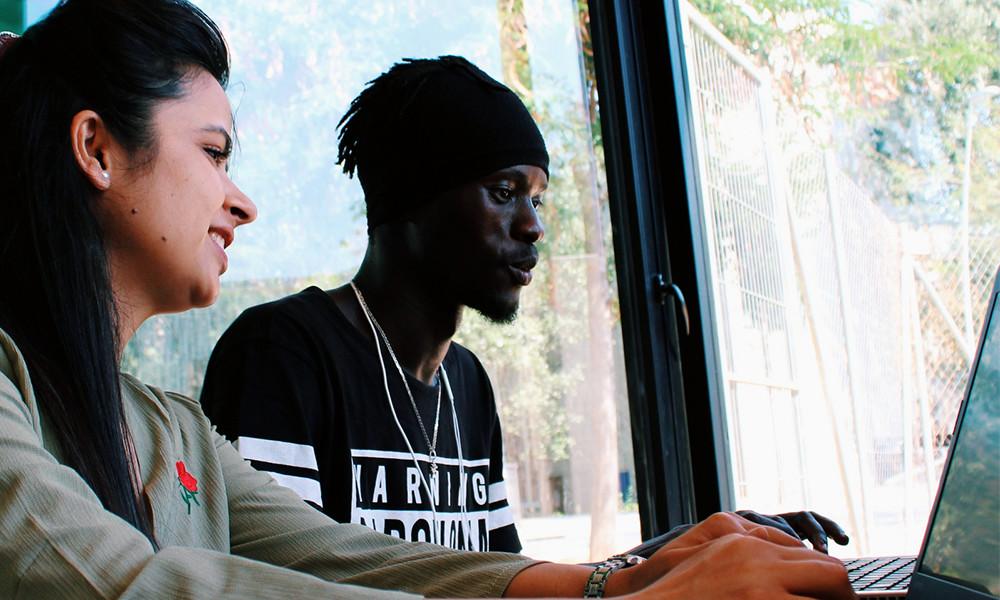 Hay profesionales enseñando a programar gratis(libre) a refugiados y individuos en riesgo de exclusión: ésta es su historia