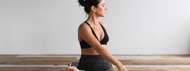 Nueve posturas de Yoga con las que iniciarte en esta práctica (y siete colchonetas con las que realizar tu entrenamiento)