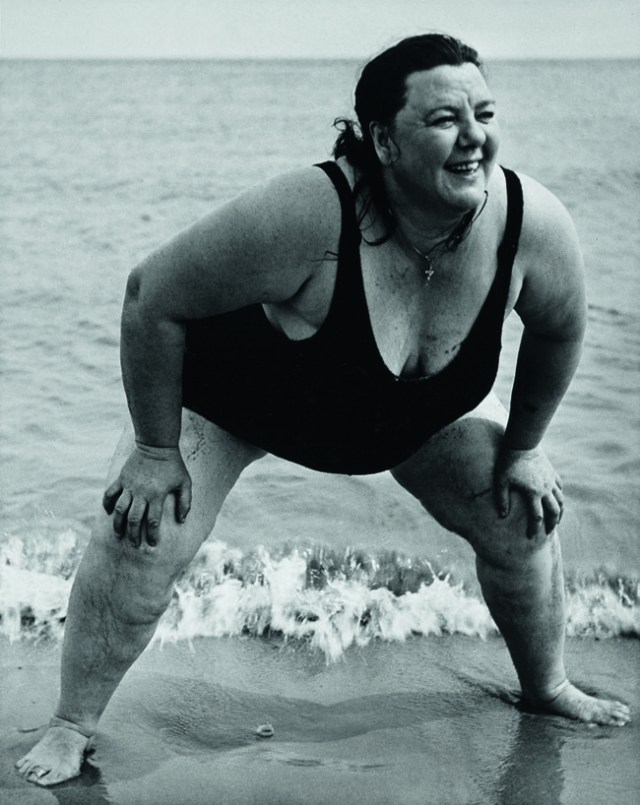 Lisette Model Bañista de Coney Island, Noticia York, ca.1939- 1941 Gelatina de plata 49,3 x 39,1 cm Colecciones FUNDACIÓN MAPFRE, FM000819 © The Lisette Model Foundation, Inc. (1983) Used by permission