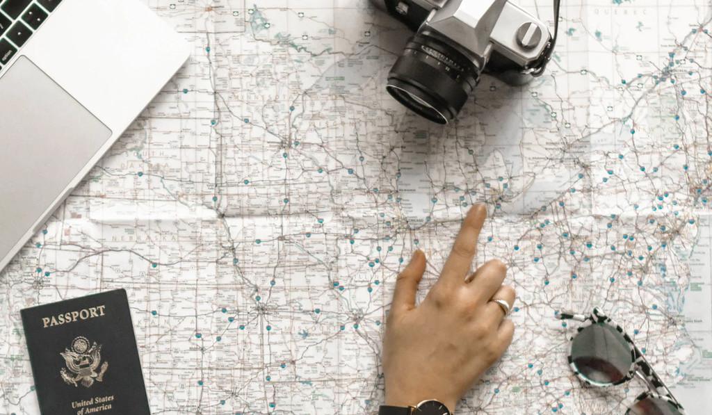 Encuentra la ciudad y los vuelos que debéis tomar varios amigos para quedar en un punto medio
