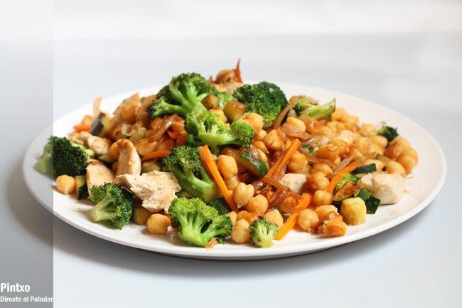 Salteado de garbanzos con pollo y verduras Receta