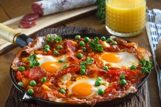 Huevos motuleños. Receta fácil y deliciosa de desayuno