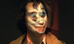 Ya podemos ver a Joaquin Phoenix en la piel de el Joker… ¡con maquillaje y en vídeo!