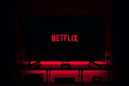 Televisor en penumbra con el logo de Netflix en el centro.