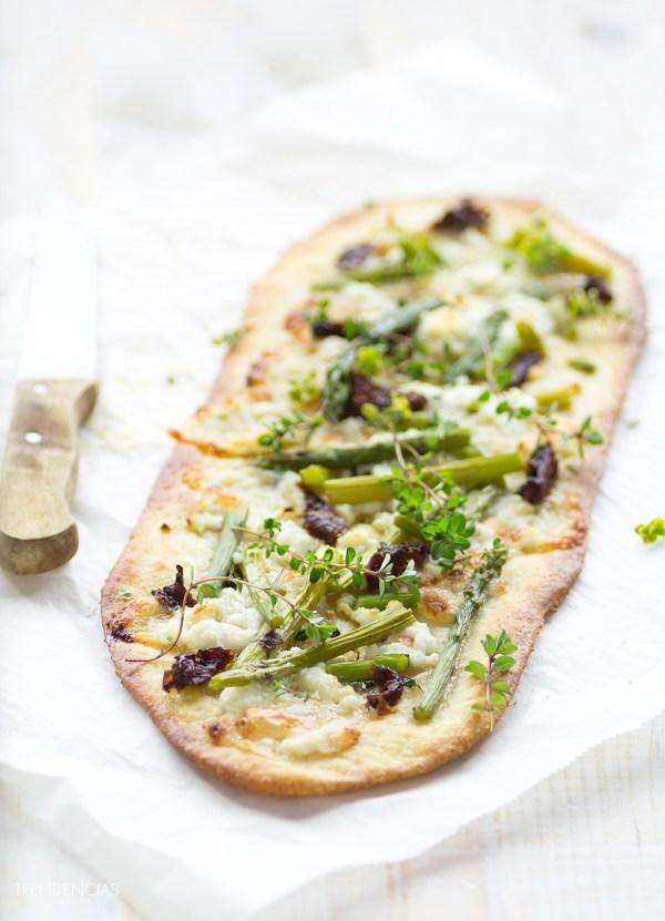 Flatbread de espárragos verdes, miel y queso fresco de cabra de Lifestyle.trendencias.com