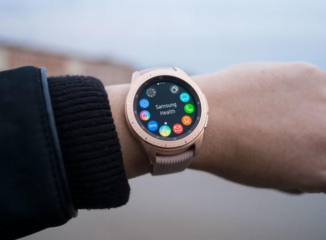Samsung Gear, <stro data-recalc-dims=