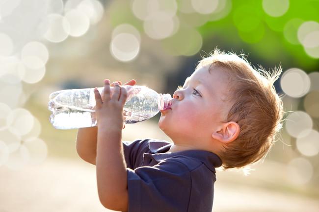 niño-beber-hidratacion