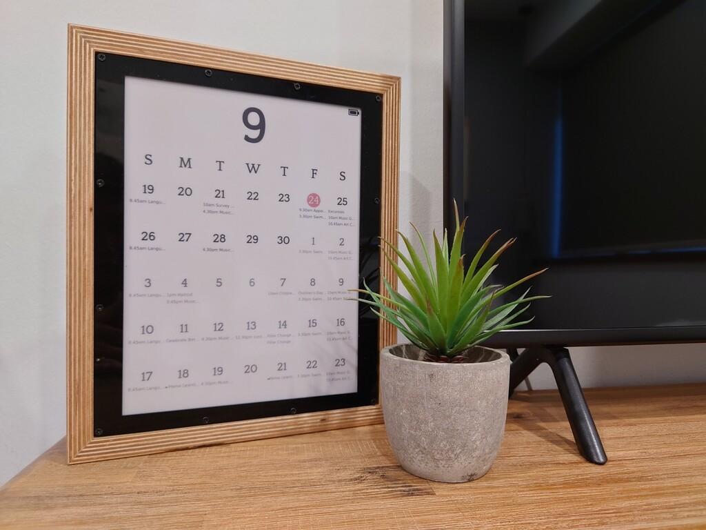 Este calendario de tinta electrónica es un proyecto abierto que aprovecha una Raspberry Pi para mostrar la agenda diaria de Google Calendar